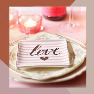 ¿Sabéis quién fue SAN VALENTÍN? . Mi querida amiga @martacercols, ha elegido uno de los días más lindos del año para consagrar su unión en matrimonio ante Dios, después de una hermosa historia de amor. . El día que nos encontramos para darme la noticia y contarme todos los pormenores de la boda. Me preguntó: ¿Sabéis quién es San Valentin?  . La verdad que siempre lo relacioné a un día meramente comercial, en el cual las parejas celebran el el día de amor. . Sin embargo Marta ha venido con una linda historia sobre quien es realmente #sanvalentin y por qué se celebra el 14 de febrero:  👇 . San Valentín fue un obispo romano en tiempos del emperador Claudio II, en el siglo III. Según cuenta la leyenda, este emperador se caracterizó por hacer reformas en el ejército con unas normas muy estrictas, entre las que estaba la prohibición de que los soldados se casaran. Para el emperador, los jóvenes debían luchar, no formar familias, porque entendía que los hombres luchaban mejor si estaban solteros, es decir, con menos ataduras y lazos familiares.  El obispo Valentín muy respetado en la zona, se mostró en contra de la decisión y, en secreto, comenzó a casar a jóvenes enamorados. Entonces, el emperador lo mandó llamar y, ante la negativa de Valentín de retractarse de su comportamiento, lo condenó a morir decapitado. San Valentín murió el 14 de febrero del año 270.  . ¿A que tampoco lo sabíais?  .  A celebrar el día del amor este 14 de febrero y yo a brindar por el matrimonio de mi amiga Marta & Xesco ♥️ . . . . . . . . #sanvalentin #14defebrero #diadelamor #enamorados #amor #bodas #relacionesdepareja #quevivaelamor